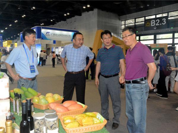 广西农科院科技处副处长车江旅及相关部门领导到我所展位参观