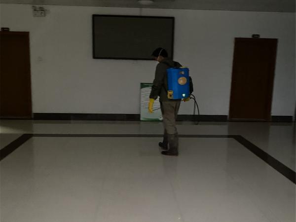 工作人员在办公区1号楼大厅消毒