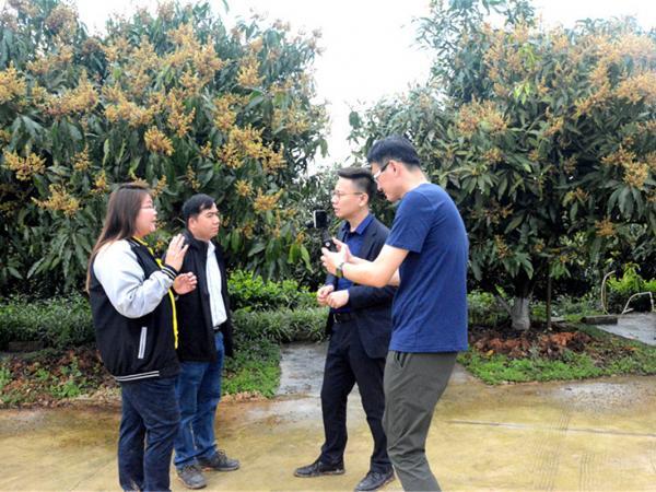 采访KWANHATAI TANONGJID(左一)