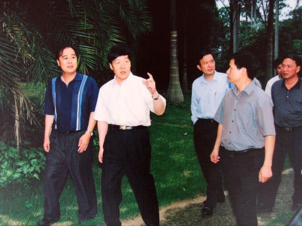 2003年自治区党委副书记马铁山(左二)在原广西农垦局副局长黄文标(左四)陪同下到我所视察