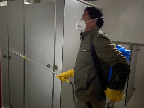 工作人员在卫生间消毒