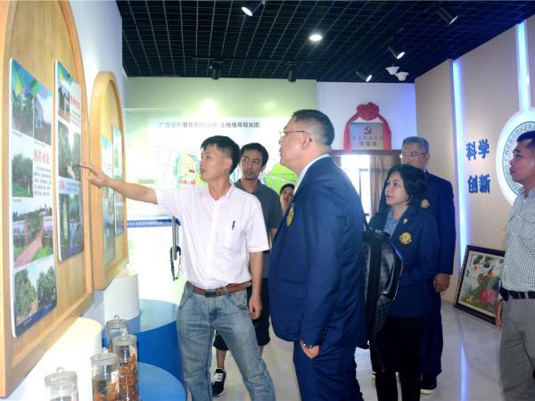 泰国农业大学农学院院长Sutkhet Nakasathien一行参观广西热作所科技展厅