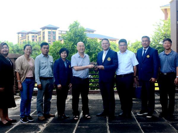泰国农业大学农学院院长Sutkhet Nakasathien赠送礼物