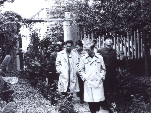 1985年国务委员方毅(右二)到我所视察