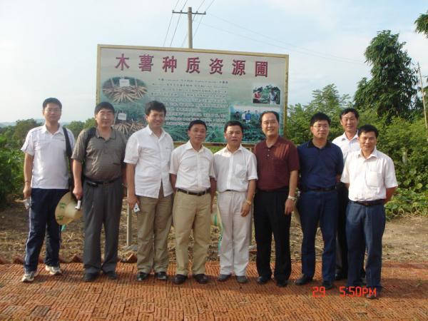 2007年农业部财务司副司长毕建英(左五)在广西农垦局副局长陈锦祥(左四)陪同下到我所考察