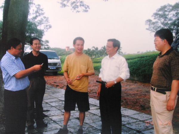 2004年自治区人民政府主席陆兵(右二)在广西农垦局原局长蒋济雄(右五)、副局长孙大光(右一)陪同下到我所视察