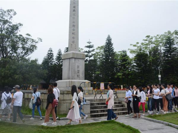 参观纪念碑