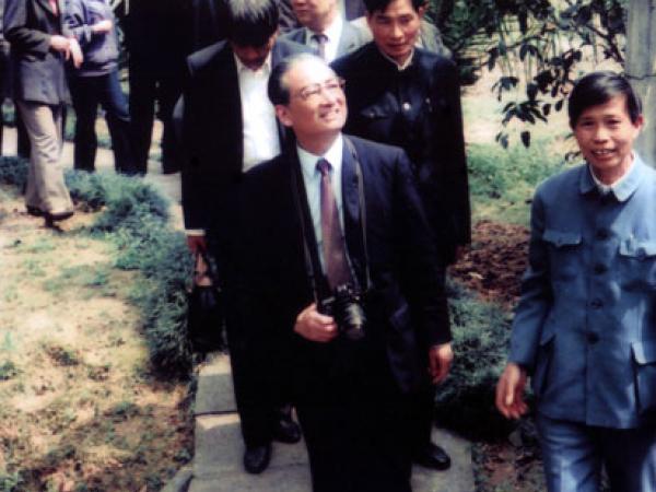1987年农牧渔业部部长何康(前排左一)到我所视察