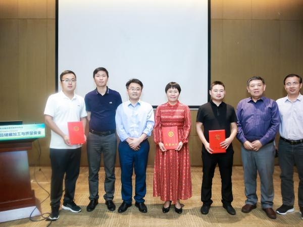 学会会员冯春梅教授级高级工程师作《原味芒果干产业概况》的学术报告
